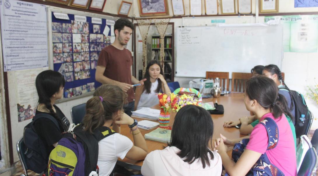 ミーティングを行うカンボジアのマイクロファイナンスインターン